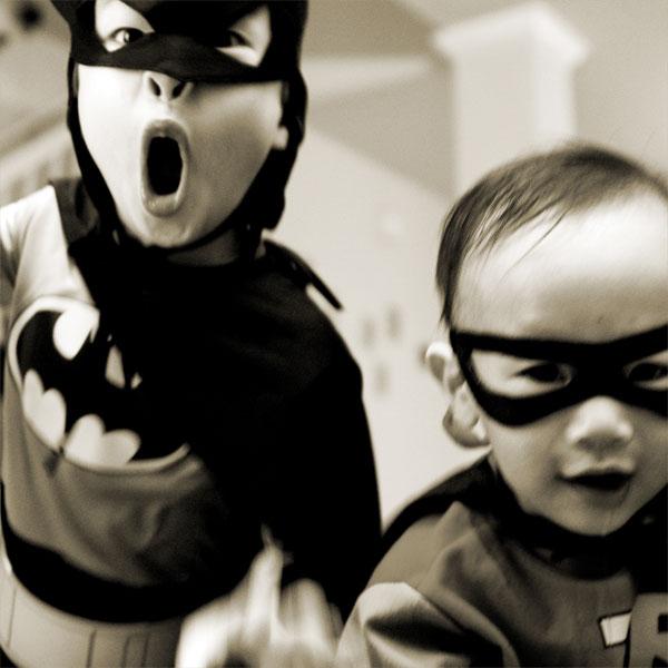 Zwei Jungen im Batman-Kostüm.